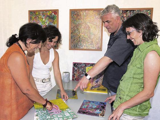 Die ersten Bilder, die in der Strukturistischen Kunstlehrstätte Rheintal in Au gemalt wurden. Marina Köppel, Laila Capadrutt, Felix Stoffel und Sandra Zellweger (von links) sind begeistert. (Bild: Susi Miara)